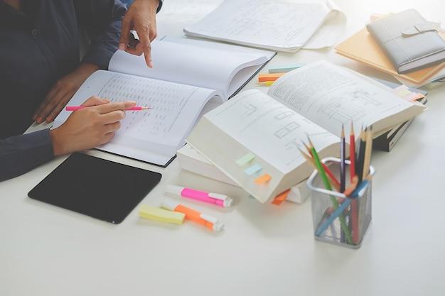 Studenten, die campuskonzept studieren und brainstorming.