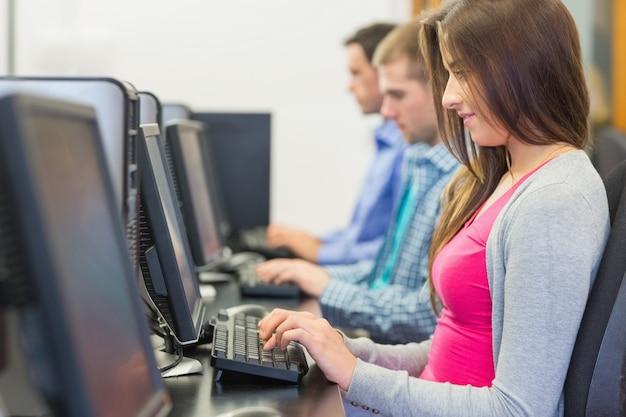 Studenten, die computer im computerraum verwenden