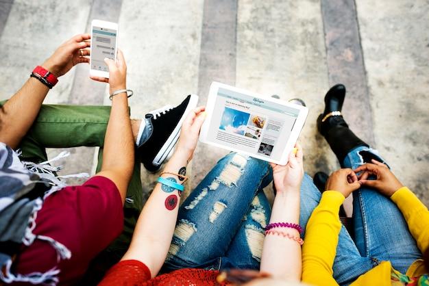 Studenten, die digital-gerät-konzept verwenden