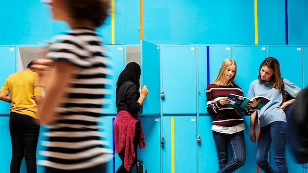Studenten, die durch die schließfächer chillen und gehen