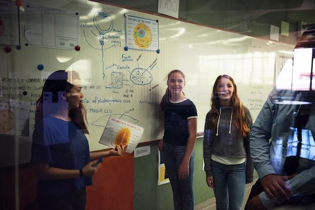 Studenten, die eine darstellung in einem klassenzimmer geben
