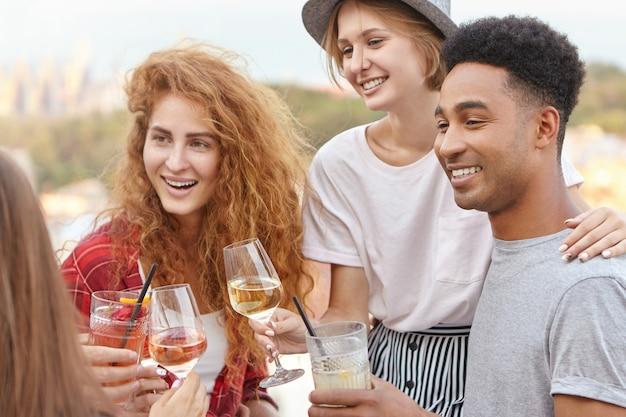 Studenten, die eine party feiern und gerne ihren abschluss machen