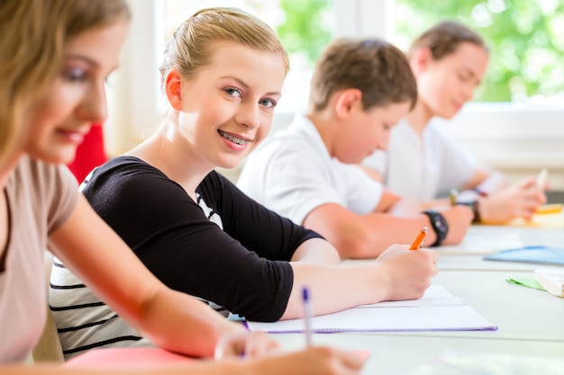 Studenten, die einen test bei der schulkonzentration schreiben