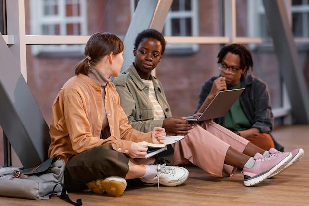 Studenten, die gemeinsam an einem projekt arbeiten