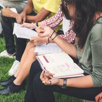 Studenten, die hausarbeit im park tun