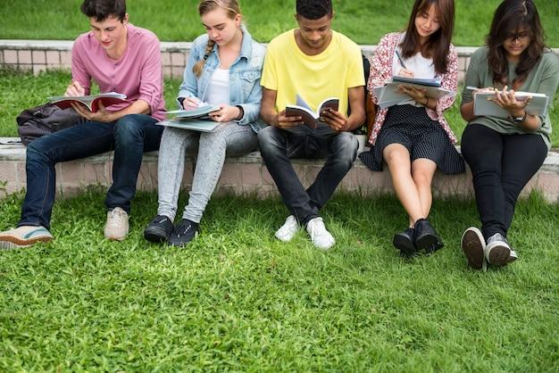 Studenten, die hausaufgaben im park machen