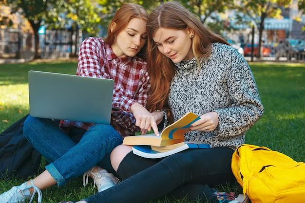 Studenten, die im freien auf dem campus der universität studieren