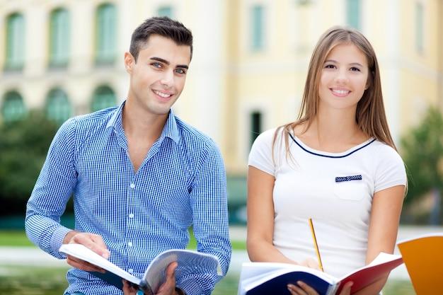 Studenten, die im park studieren