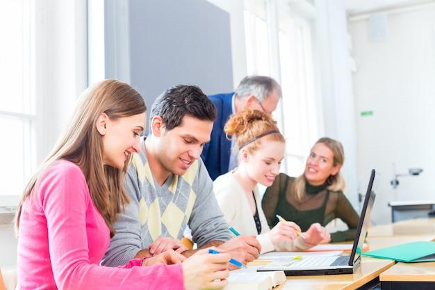 Studenten, die mit professor lerning sind