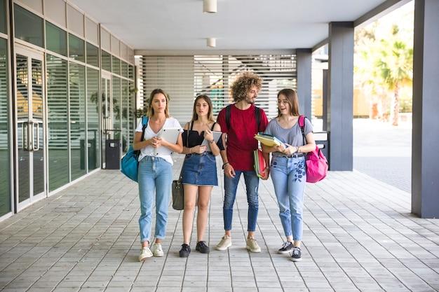 Studenten, die nahe hochschulgebäude stehen