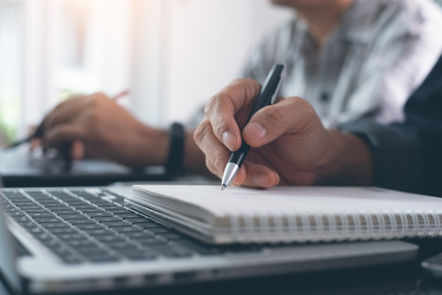 Studenten, die online-klasse über laptop in der universität studieren