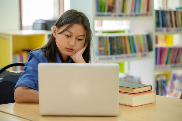 Studenten, die sich auf bildung in der bibliothek konzentrieren