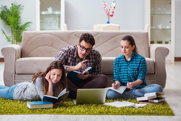 Studenten, die sich auf universitätsprüfungen vorbereiten
