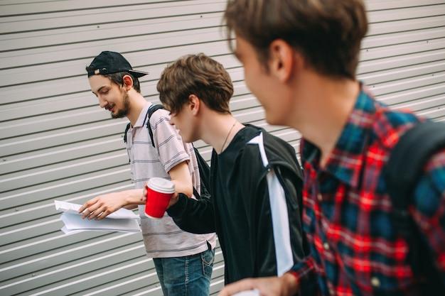 Studenten, die sich für tests wiederholen. prüfungsvorbereitung. bildung urbane teenager konzept