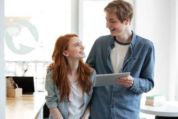 Studenten, die sich im café ansehen