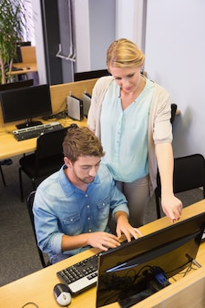 Studenten, die zusammen an computer arbeiten