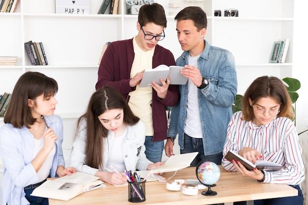Studenten, die zusammen in der bibliothek arbeiten