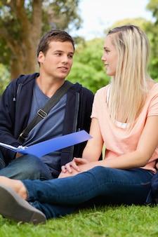Studenten, die zusammen überarbeiten