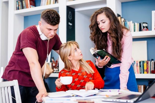 Studenten diskutieren studienobjekt