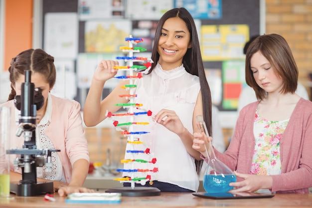 Studenten experimentieren im labor mit molekülmodellen