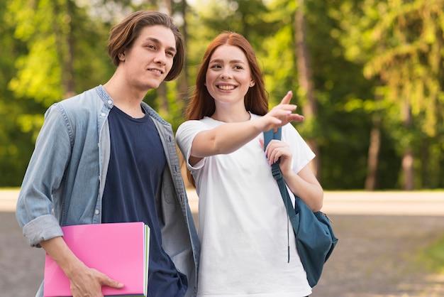 Studenten freuen sich, wieder an der universität zu sein