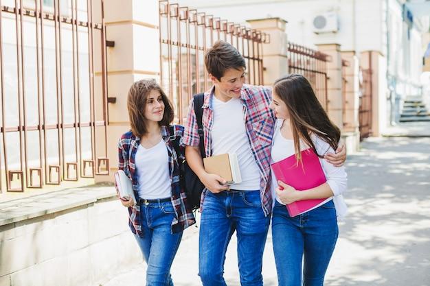 Studenten gehen im park
