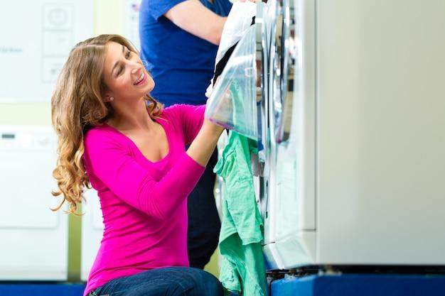 Studenten in einer münzwäscherei waschen