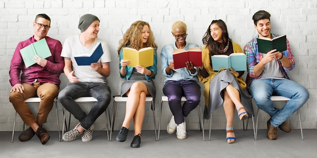 Studenten-jugend-erwachsenes leseausbildungs-wissens-konzept