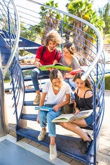 Studenten lesen auf wendeltreppe