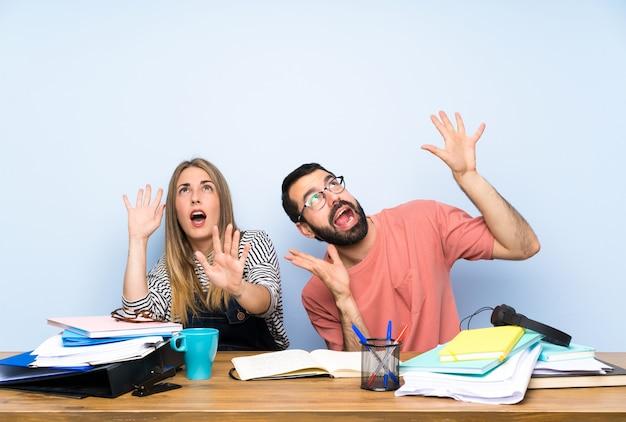 Studenten mit vielen büchern nervös und ängstlich