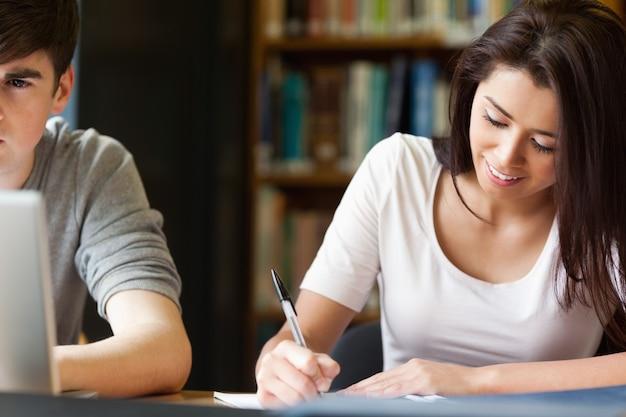 Studenten schreiben ein papier