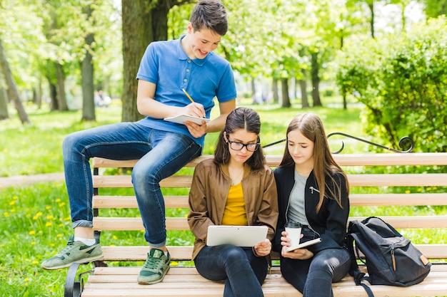 Studenten schreiben und lesen auf dem bech