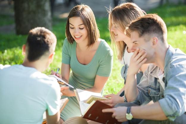 Studenten studieren. junge leute, die sich auf den unterricht vorbereiten. leute, die sich auf die prüfungen vorbereiten.
