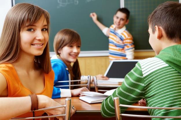 Studenten zeit in der klasse verbringen