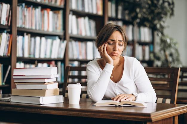 Studentenfrau, die an der bibliothek studiert
