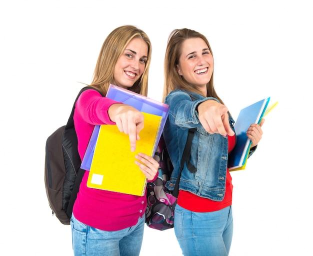 Studentenfrauen, die front über weißem hintergrund zeigen