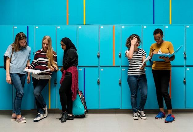 Studentenfreunde im umkleideraum