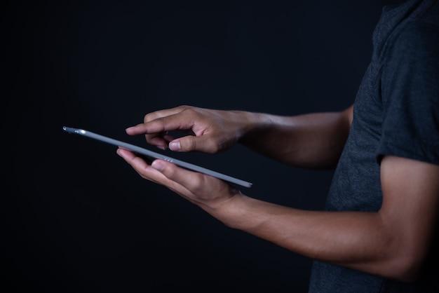 Studentenjunge, der den laptop, online lernend verwendet, bildung