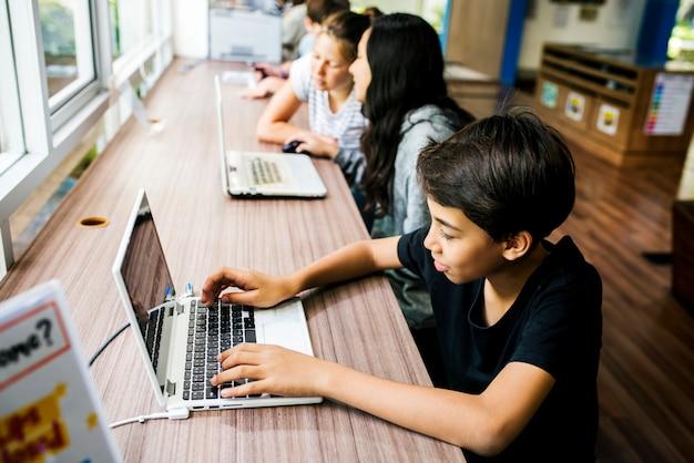 Studentenlebensstil-e-learning mit laptop