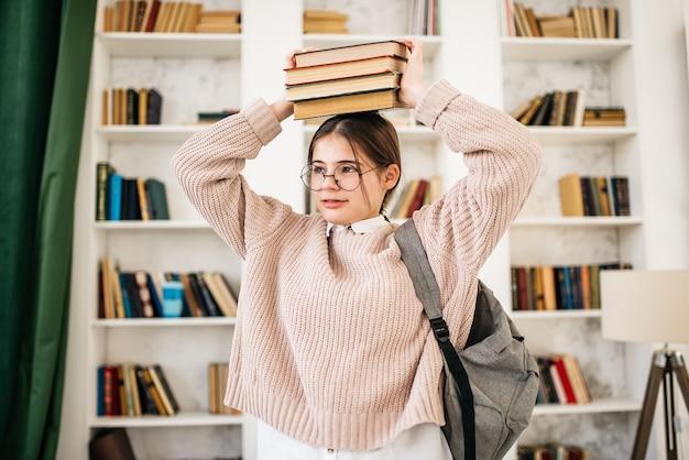Studentenmädchen, das hart in der bibliothek studiert