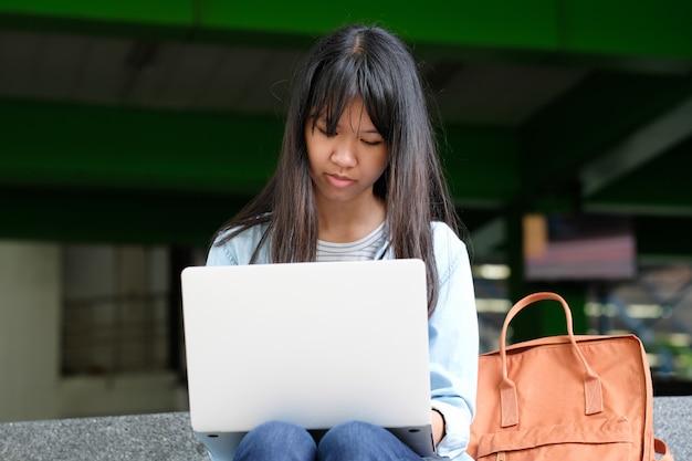 Studentenmädchen, das laptop-computer, on-line-bildung, konzept des erwachsenen lernens verwendet