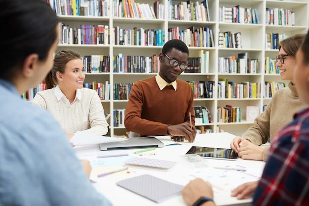 Studententreffen in der bibliothek