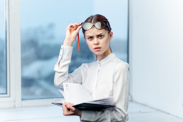 Studentin der geschäftsfrau mit brille auf fensterhintergrund