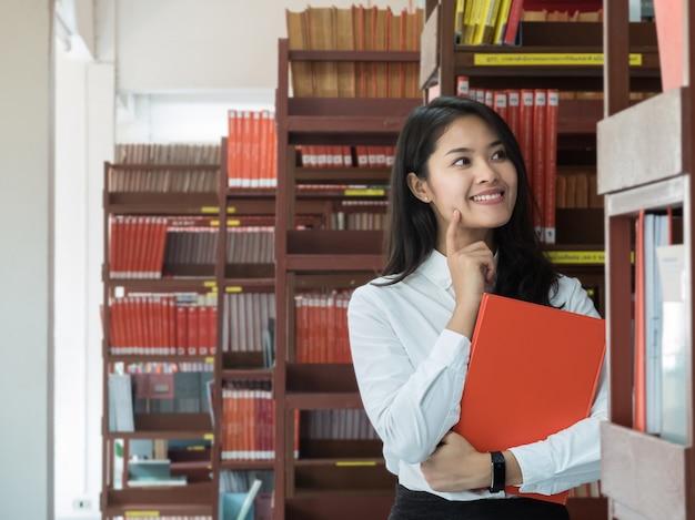 Studentin, die ein buch liest