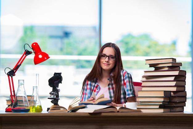 Studentin, die für chemieprüfungen sich vorbereitet