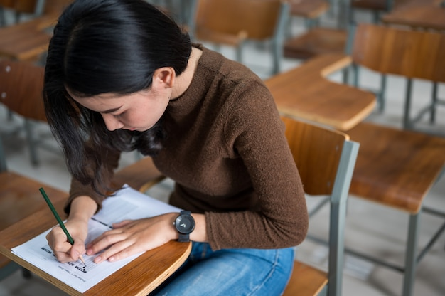 Studentin, die tests an der universität macht