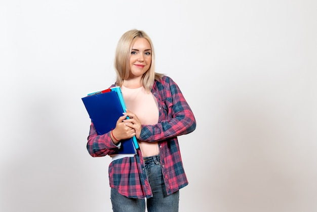 Studentin, die verschiedene dateien auf weiß hält