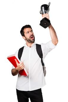 Studentin hält eine trophäe