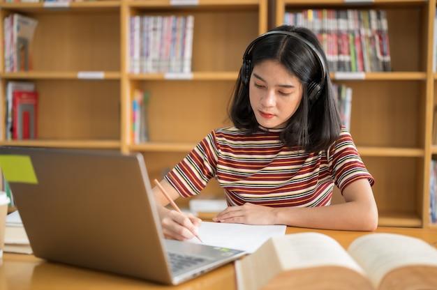 Studentin las ein buch in der bibliothek
