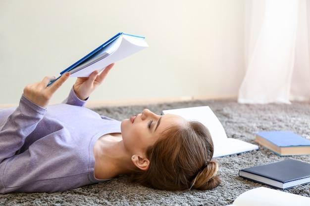 Studentin liest bücher zu hause